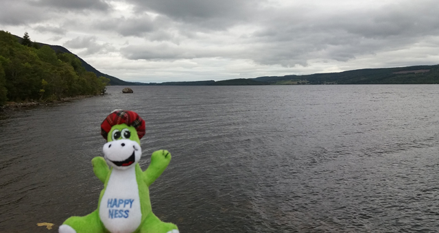 Loch Ness mit einer Nessie-Stoffpuppe