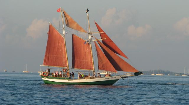 Segelschiff mit zwei Masten und rostroten Segeln