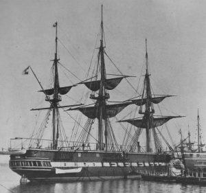 Segelfregatte mit drei Masten liegt in einem stillen Gewässer