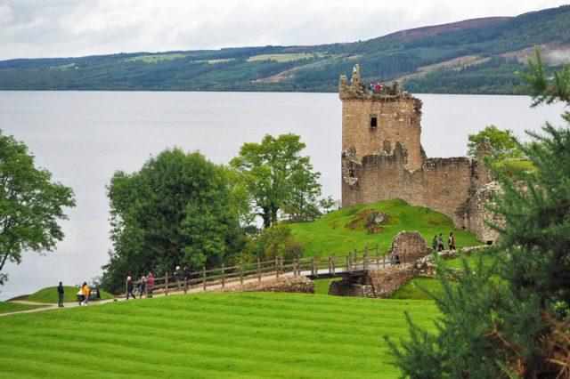 Ruine einer Burg vor dem Wasser des Loch Ness