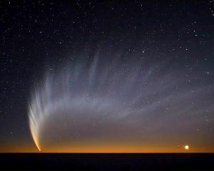 Komet mit langem, breiten Schweif am Abendhimmel