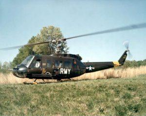 Foto eines einrotorigen mittelgroßen Hubschraubers