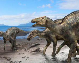 Drei Dinosaurier am Strand mit Strandgut
