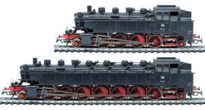 Zwei Dampfloks, eine normal groß und eine auf die doppelte Länge verlängert