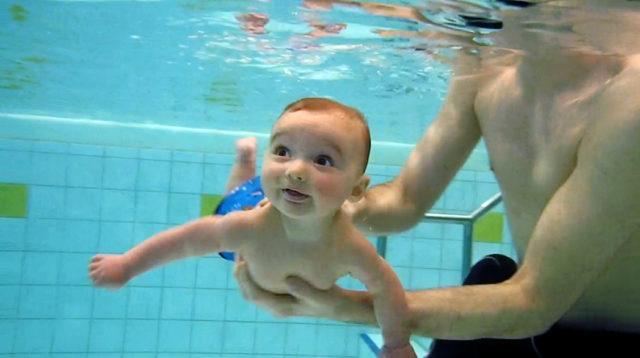 Baby unter Wasser, stammt der Tauchreflex vom Wasseraffen?