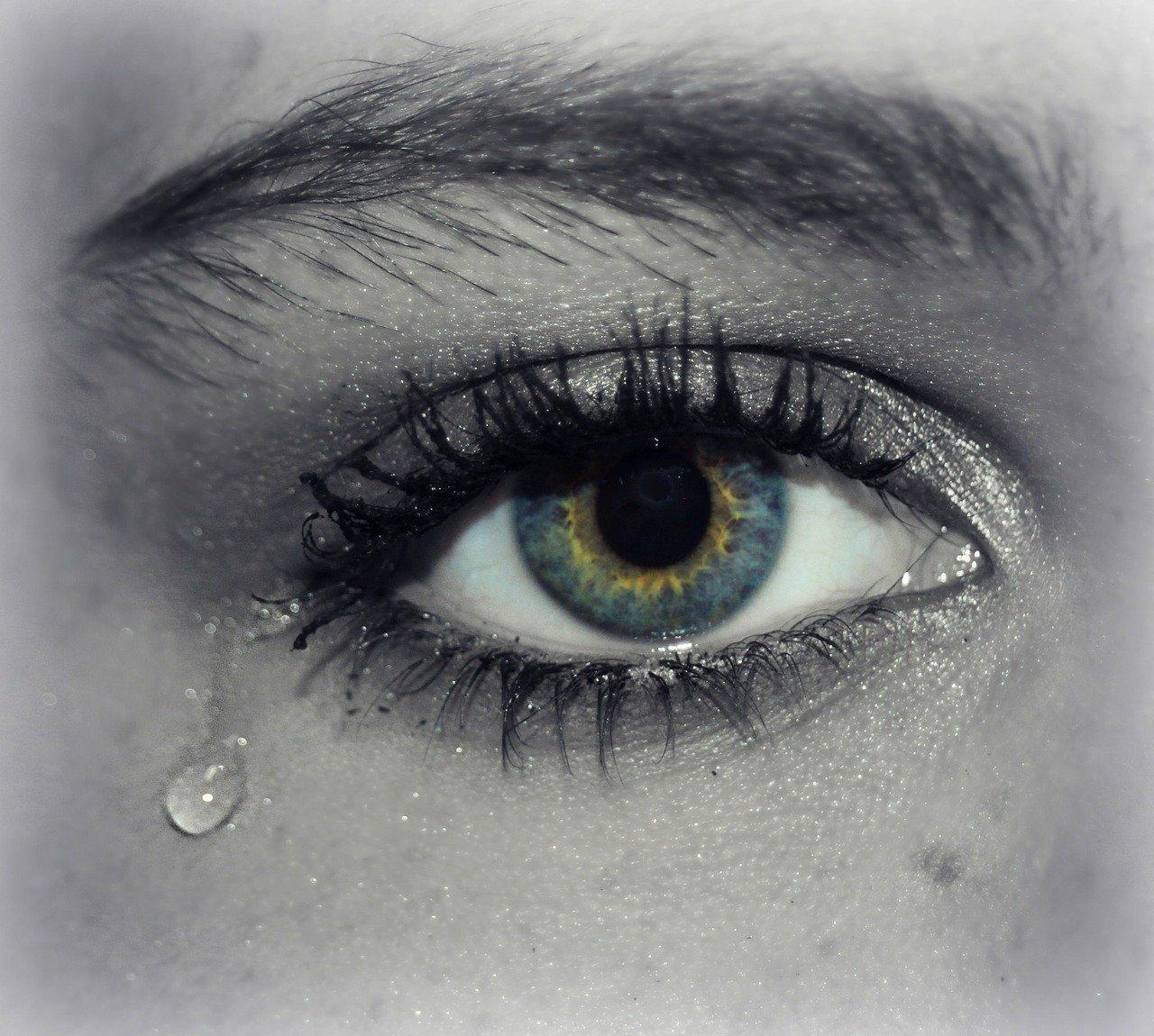 Auge mit Tränen