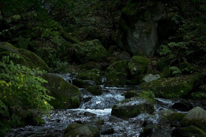 Japanischer Fluss bei Nacht