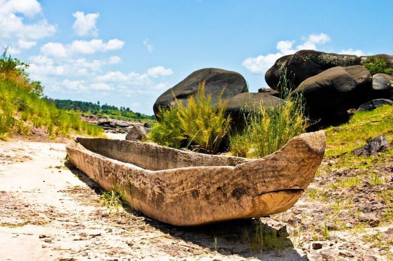 Einbaum, auch heute noch in Afrika gebräuchlich